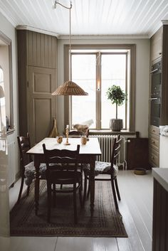 At Marie Strenghielm by Babes in Boyland Living Room Interior, Kitchen Interior, Kitchen Design, Cheap Rustic Decor, Cheap Home Decor, Old Kitchen Cabinets, Home Decor Paintings, French Decor, Interiores Design