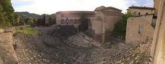 Teatro Romano risalente al  I secolo a.C., si trova all'interno delle mura cittadine e conserva una cavea di 70 m di diametro. Dalle estremità della cavea si accedeva invece ai posti riservati ai magistrati e ai cittadini eminenti. Conserva la pavimentazione in lastre di marmo colorato e sul proscenio sono ancora visibili i fori per i pali del sipario. La facciata esterna era costituita da arcate inquadrate da semicolonne di ordine tuscanico.