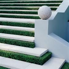 Love the small hedge along the step - Paul Bangay