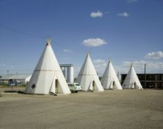 View Wigwam Motel, Holbrook, AZ, August 1973 by Stephen Shore on artnet. Browse more artworks Stephen Shore from Sprüth Magers. Stephen Shore, Museums In Ny, Wigwam Motel, New Topographics, William Eggleston, Industrial Photography, Vintage Photography, Color Photography, Fotografia