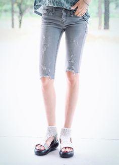 Today's Hot Pick :ダメージ加工グレーハーフパンツ http://fashionstylep.com/SFSELFAA0016368/coiija/out 伸縮性のあるコットン混紡素材を使ったデニムハーフパンツです。 ナチュラルなウォッシュグレーカラーが魅力的なアイテム☆ 涼しげなハーフカットデザインで夏に重宝すること間違いなし! さり気ないダメージ加工でヴィンテージ感をプラスしたカジュアルデニムパンツ♪