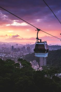 Spotted this beautiful twilight when going down with the Maokong Gondola from Maokong to Taipei Zoo station