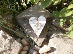 Srdce+Srdce+ze+dřeva+pro+všechny+co+mají+rádi+romantiku....+Srdíčko+je+ručně+vyřezáno+ze+smrkového+dřeva,skládá+seze+dvou+samostatných+polovin.Natřené+jebílou+barvou,+dozdobeno+transfer+technikou,+zalakováno.+Rozměr+je+cca+16x13+cm.+Možno+zavěsit,nebo+jen+tak+opřít+či+položit.