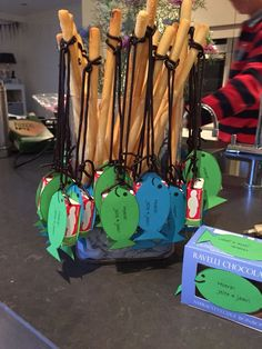 * Treat Visch with breadstick & liquorice Lace & Raisons * Baby 1st Birthday, Birthday Treats, Party Treats, Dolphin Party, Sunday School Kids, Creative Kids, Kids And Parenting, Diy For Kids, Kids Meals