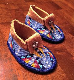 Baby moccasins my Norma Flying Horse. Absolutely adorable and gorgeous! Native American Moccasins, Native American Regalia, Native American Crafts, Native American Beadwork, Powwow Beadwork, Indian Beadwork, Native Beadwork, Powwow Regalia, Beaded Shoes