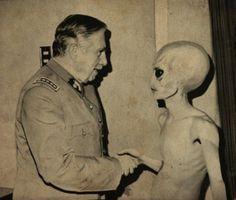 Pinochet meets Alien. Vía @Pijama Surf