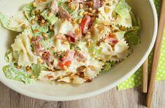 En af mine favorit-salater er denne cremet pastasalat med bacon og pinjekerner. Det er enkel og nem at lave og så passer den både til fisk og kød.