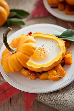 Eggs in a Mini Pumpkin with Bacon and Roasted Squash Hash Recipe - Everyday Southwest Pumpkin Recipes, Fall Recipes, Holiday Recipes, Pumpkin Breakfast, Fall Breakfast, Breakfast Ideas, Sport Food, Bacon Hash, Hash Recipe