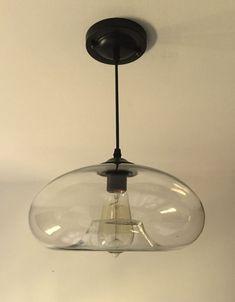 """מנורת תקרה גוף זכוכית בסגנון לופט   צבע – זכוכית שקופה סוג נורה – E27  (הברגה רגילה) אורך כבל – 1 מטר קוטר גוף – 28 ס""""מ *נורה אינה כלולה במחיר . ( ניתן לרכוש נורות פחם בנפרד ע""""י הוספה לסל הקניות ממבחר הנורות בחנות ). לאי מטבח?"""