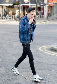 33 Ways To Wear Jacket for Teen Boys Fashion is part of Teen boy fashion - How you wear your suit jacket is a matter of your personal style taste and your financial plan Many boys […] Style Casual, Swag Style, Casual Outfits, Fashion Outfits, Men Street, Street Wear, Style Hip Hop, Urban Fashion, Fashion Looks