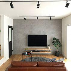 男性で、3LDKの、Lounge/観葉植物/IKEA/ラグ/スポットライト/コーヒーテーブル/インダストリアル/ウンベラータ/モルタル/壁掛けテレビ/レザーソファ/アデペシュ/緑のある暮らし/モールテックス/ヴィンティアについてのインテリア実例。 「roomclipはじ...」 (2018-08-14 23:23:31に共有されました) Simple Living Room Decor, Living Room Plan, Home Design Living Room, Living Room Colors, Home And Living, Industrial Bedroom Design, Narrow House Designs, Home Office Decor, Home Decor