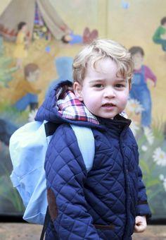 Ce mercredi est à marquer d'une pierre blanche pour le petit prince George, fils du prince William et de son épouse la duchesse de Cambridge, née Kate Middleton. L'arrière petit-fils de la reine Elizabeth II a fait son entrée à l'école.