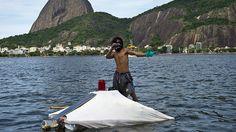 Ingenioso indigente brasileño vive en una 'casa' flotante