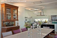Neste projeto de interiores realizado por Daniele Guardini e Adriano Stancati, a proposta levou em conta os traços arquitetônicos da residência. Confira o projeto completo no site:  http://www.comore.com.br/?p=24479 #revistainterarq #interarq #projeto #abelias #saladejantar #danieleguardini #adrianostancati #decoracao