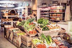 Fruit and vegetable display at Daylesford Pimlico farmshop Organic Market, Fresh Market, Organic Food Shop, Organic Supermarket, Café Design, Store Design, Fixer Up, Tante Emma Laden, Carnicerias Ideas
