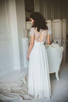 Collezione 2016 La collezione 2016 di Nadia Manzato si rivolge a una sposa fresca, grintosa e non convenzionale; una collezione allegra e vivace che si divide tra gli abiti lunghi, eleganti e raffi…