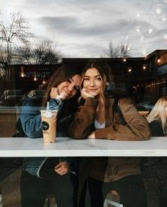 There's no one like your BFF! Check out these BFF pictures & bestie poses ideas Bff Pics, Bff Pictures, Friend Pics, Friend Picture Poses, Best Friend Pictures Tumblr, Cute Friend Photos, Friendship Pictures, Best Friend Fotos, Shotting Photo