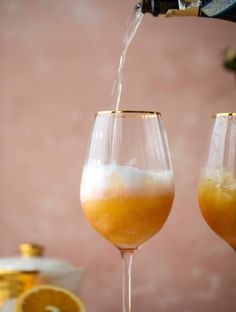 The spiced orange spritzer is a fancier mimosa and similar to an aperol spritz! A fresh spiced orange juice based mixed with prosecco and seltzer. Cocktails, Cocktail Recipes, Drink Recipes, Cocktail Ginger Ale, Pumpkin Pecan Cobbler, Coffee Milkshake, Aperol, Freshly Squeezed Orange Juice, Quick Appetizers