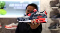 「NIKE AIR MAX 90 Bleach Denim Collection」を制作した「Sports Lab by atmos」ディレクター「Koji」氏にインタビューを行った。