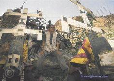 Danzas de la etnia dogon (Mali) en honor a sus «dioses», los seres que bajaron de Sirio. Sobre las cabezas, las kanaga, las máscaras que recuerdan el signo que lucían las «arcas» o naves de los nommos en la panza. De esto hace mil años... (Foto: Iván Benítez.)