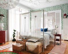 une chambre à coucher avec une belle décoration murale