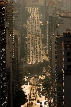 Elevado Costa e Silva (Minhocão), a long and narrow highway in São Paulo, Brazil. Photo by Tuca Vieira.