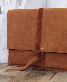 "Echtleder iPad-Tasche ""Mora"" Wildleder // Cognac #ipad #tasche #mac #hülle #cognac #braun #brown #echtleder #leder #leather #pikfine #ehrenfeld #cologne #köln #germany #köln #handmade #selfmade #handgemacht"