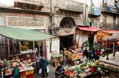 Chiude anche il panificio Morello in via Cappuccinelle, al Capo. Era uno dei negozi storici più famosi di Palermo: la sua insegna liberty realizzata a mosaico è stata fotografata da migliaia di turisti ed è citata in tutte le guide della città. Ora la preziosa decorazione
