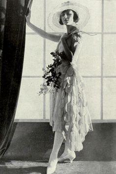 1921 Bonwit Teller, Advertising - Youth, a hostage of fashion - 1920's fashion