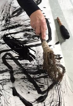 Drawing With Charcoal Mark making with experimental tools - Wall Drawing, Drawing Tips, Drawing Ideas, Drawing Faces, Art Drawings, Painting Tools, Mark Making, Art Plastique, White Art