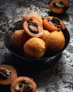 Löytö: Nispero / lokvatti aka japaninmispeli | Vaimomatskuu ruokablogi Strange Fruit, Pretzel Bites, Muffin, Bread, Breakfast, Food, Morning Coffee, Weird Fruit, Brot