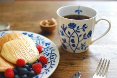 Rorstrand/ロールストランド/Pergola/ペルゴラ/マグカップ(300ml) - 北欧雑貨と北欧食器の通販サイト  北欧、暮らしの道具店 Ceramic Painting, Painted Ceramics, Miscellaneous Goods, Swedish Style, Coffee Set, Ceramic Decor, Tea Set, Tea Cups, Table Settings