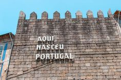 Visitar Guimarães: roteiro com o que ver e fazer | VagaMundos Best Places In Portugal, Lettering, World, Travel Tips, City, Drawing Letters, The World, Brush Lettering