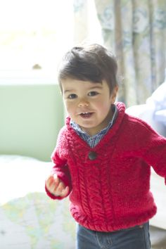 This little boy reminds me of pics of my dad at that age. a roundup of top-down knitting patterns for boys Baby Knitting Patterns, Baby Boy Knitting, Knitting For Kids, Baby Patterns, Free Knitting, Baby Boy Sweater, Toddler Sweater, Knit Baby Sweaters, Baby Kind