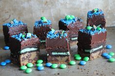 Peppermint Chocolate Chip and Oreo Cookie Layered Brownies (Superbowl Slutty Brownies) Just Desserts, Delicious Desserts, Dessert Recipes, Cupcakes, Cupcake Cakes, Brownie Recipes, Chocolate Recipes, Chocolates, Yummy Treats