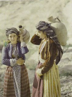 "Kurdish Girls Carrying Water Jars Zakho, Iraq, 11 May ""The Wonderful World of Albert Kahn"". We Are The World, People Of The World, Old Pictures, Old Photos, Vintage Photos, Albert Kahn, Religion, Bagdad, Kurdistan"