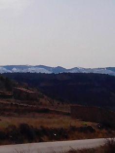 Para hoy martes os dejo esta fotografía de las montañas nevadas que se veían ayer día claro desde el cruce de la carretera de nuestro pueblo Crivillén