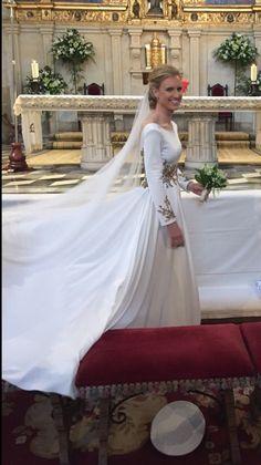 Vestido de novia, Manuel de Vivar Alta Costura Madrid. Wedding Dress With Veil, Weeding Dress, Modest Wedding Dresses, Wedding Wear, Wedding Attire, Bridal Dresses, Wedding Gowns, One Shoulder Wedding Dress, February Wedding