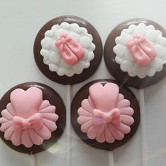 Pirulito de chocolate bailarina Ballet Cupcakes, Cupcakes Fondant, Fondant Icing, Buttercream Cake, Ballet Birthday Cakes, Ballerina Birthday Parties, Ballerina Party, Cupcake Bailarina, Baby Shower Cupcake Toppers
