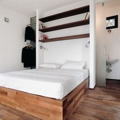 Vista interna piccolo appartamento con camera da letto e bagno - Stupenda idea per illuminare il bagno attraverso porta in vetro e nicchia doccia - Start Preventivi