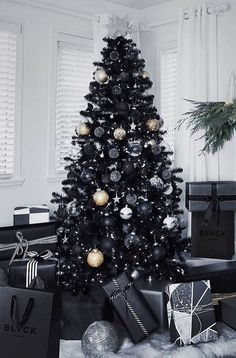 Black and White Christmas Decoration Ideas to Create an Exhilarating Dreamscape Here are best Black and White Christmas Decoration ideas. These Black and White Christmas decor include Christmas home decor & White & Black Christmas Trees Black Christmas Tree Decorations, Elegant Christmas Trees, Christmas Tree Design, Gold Christmas Tree, Colorful Christmas Tree, Merry Christmas, Christmas Lights, Black Xmas Tree, Christmas Tree Ideas