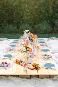 Bright, wildflower bridal shower with Crate and Barrel Layer Cake) Helle Wildblumen-Brautdusche mit Kiste und Fass Crate And Barrel Registry, Garden Bridal Showers, 100 Layer Cake, Bridal Shower Decorations, Wild Flowers, Wedding Tables, Party Wedding, Wedding Vendors, Diy Wedding