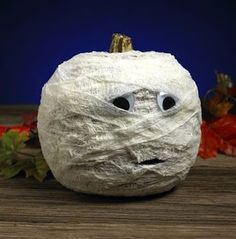 Make this cute mummy with a plastic pumpkin for a great Halloween decoration! Fete Halloween, Halloween Crafts For Kids, Craft Projects For Kids, Holidays Halloween, Halloween Pumpkins, Holiday Crafts, Holiday Fun, Happy Halloween, Halloween Decorations