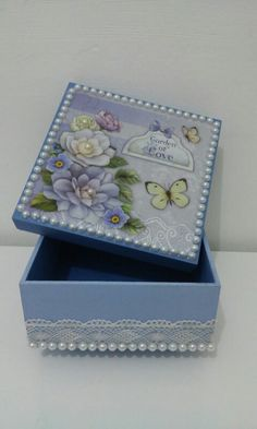 Caixa em mdf … 3d Paper Crafts, Dyi Crafts, Crafts To Do, Decoupage Box, Decoupage Vintage, Cigar Box Crafts, Altered Cigar Boxes, Rock Decor, Pretty Box