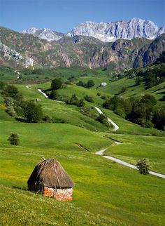Road sceneries in Somiedo, Asturias, Spain Places Around The World, Around The Worlds, Wonderful Places, Beautiful Places, Asturias Spain, Places In Spain, Seen, Spain Travel, Cool Places To Visit