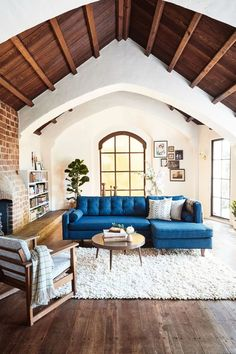 Best Home Tours 2017 Room Makeover Inspiration Ideas is part of Beautiful home Living Room - From a storybook home in the Oakland Hills to a bohemian oasis in Florida, these 10 home tours got the most views on Domino this year Casas California, California Homes, Sunny California, California Style, Home Living Room, Living Room Designs, Living Room Decor, Bedroom Decor, Storybook Homes