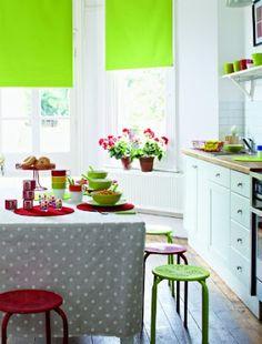 renkli mutfak perdesi ve tabureler