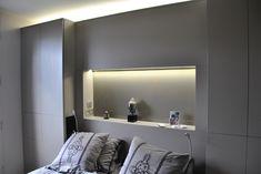 combinaison tête de lit placard niche fond verre laqué et leds encastrés ton argile. Sur mesure.