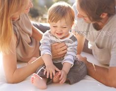 Good angle for the parents, good focus on the baby. Family Of 3, Old Family Photos, Baby Family, Family Kids, Family Pictures, 1 Year Pictures, First Year Photos, Baby Pictures, Family Photo Sessions