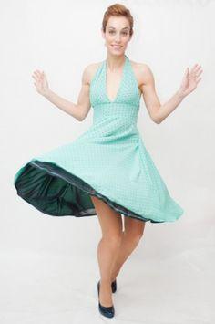 Vestido estilo Marilyn, con escote halter, ajustado a la cintura y falda de vuelo. Crespón turquesa con topos azul marino y forro azul marino a juego.  Marylin style dotted dress. Retro and pin up style.